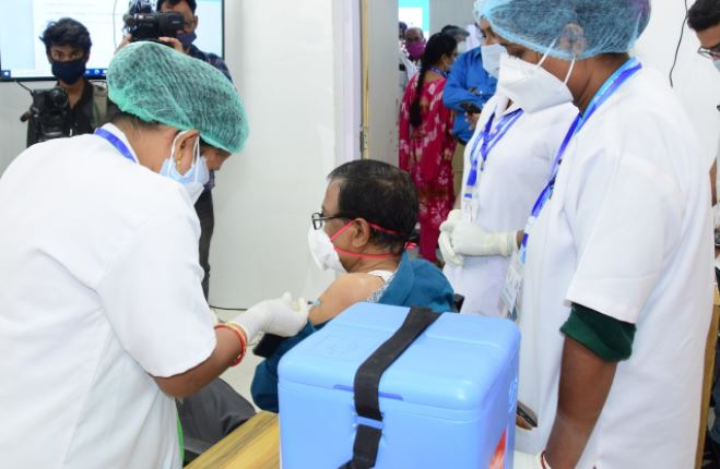 india vaccinates nearly 10.5 lakh beneficiaries till 6th day of the nationwide COVID19 vaccination drive